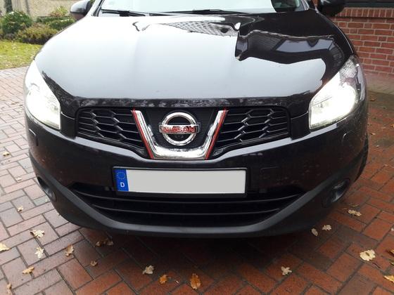 """Schriftzug """"Nissan"""" und die seitlichen Streifen in Feuer-Rot."""